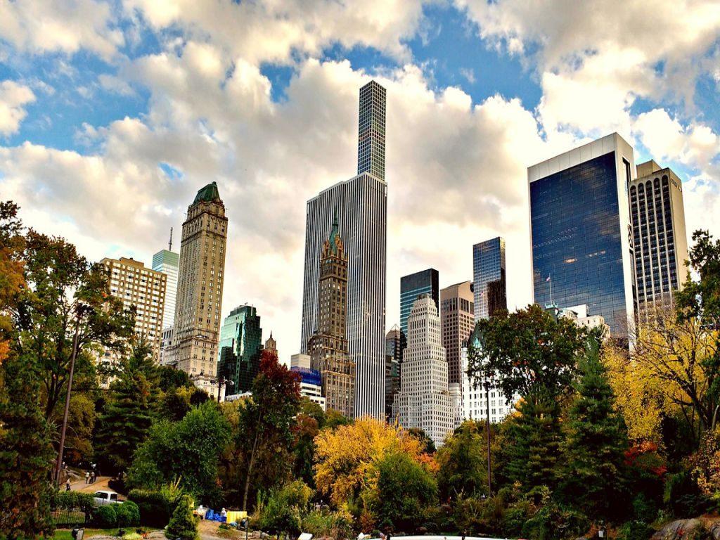 Zicht op Central Park en de omringende wolkenkrabbers.